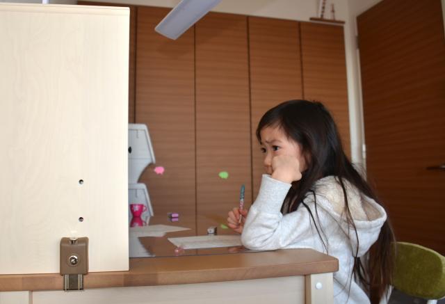 子供部屋で勉強をしている女の子