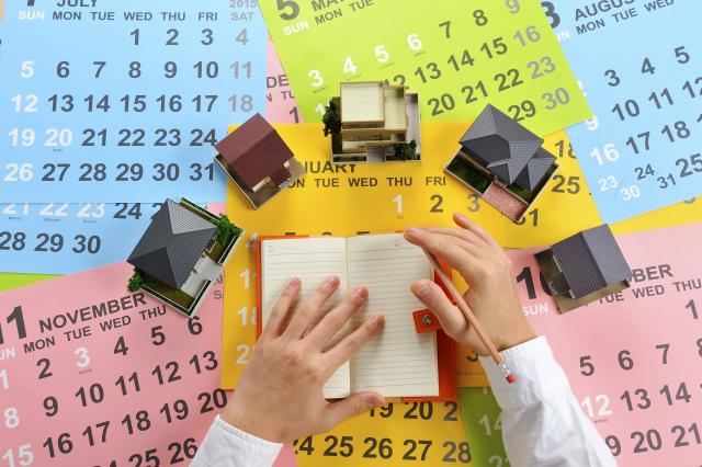 カレンダーとミニチュアの家と手帳