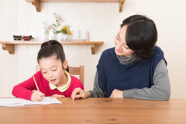 家庭学習をする女の子と母親