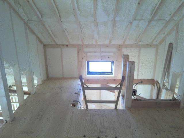 発泡断熱材が入った屋根裏部屋