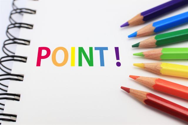 カラフルなPOINTのテキストと色鉛筆