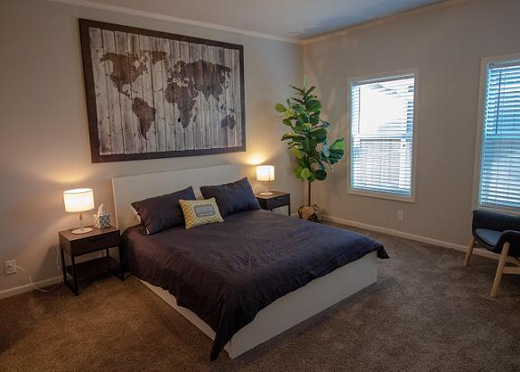 ダブルベッドと観葉植物のある寝室