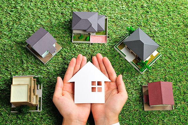 緑の芝生の上にある家